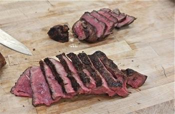 TV - CU sliced steak al sangue