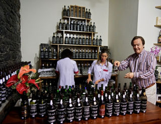 Luis D'Oliveira helps at the tasting